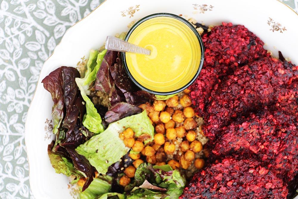 Vega bietenburger met salade en zomersaus - glutenvrij