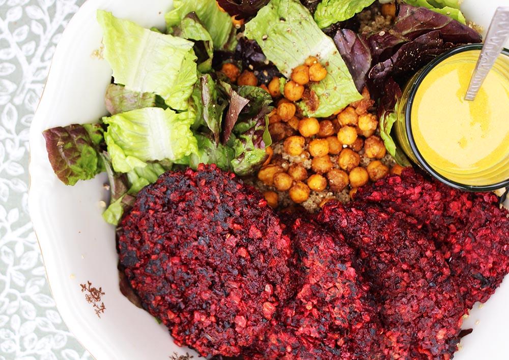 Vega bietenburger met quinoa-kikkererwten salade en zomersaus – glutenvrij recept + Radio-interview
